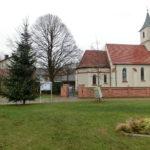 Christbaum vor der Kirche
